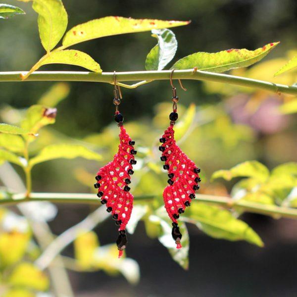 Boucle d'oreilles ailes déployées rouge et perles de rocaille noires
