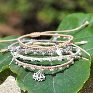 bracelet cordon réglable dans les tons beige avec breloques en argent
