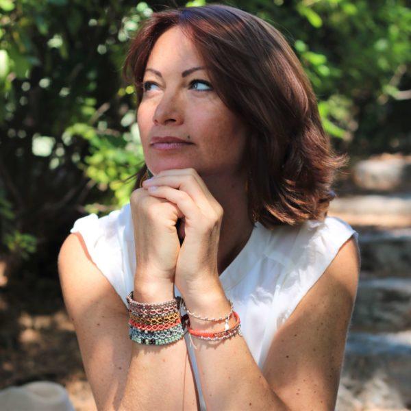Bracelet manchette dans les tons orangés, taupes et bronze porté par Alexandra
