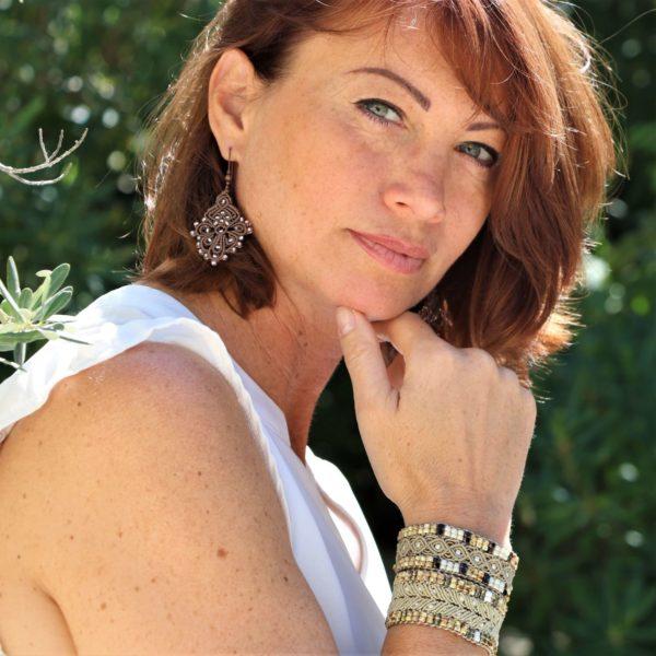 Bracelet l'Arlésien porté avec un aubagnais beige par Alexandra