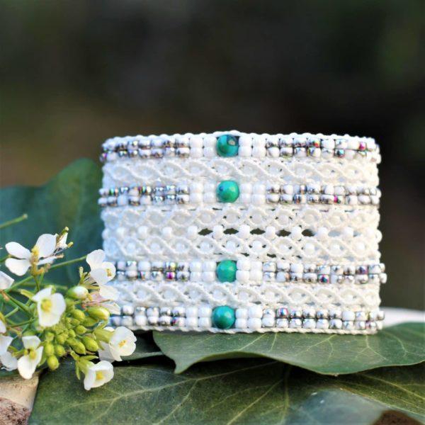 Manchette le Cannois en micro-macramé et perles de rocaille. perles rondes centrales vertes en chrysocolle
