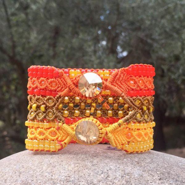 Bracelet manchette Le Cannois version orange et jaune vu du côté de la fermeture avec les bouton en cristal Swarovski