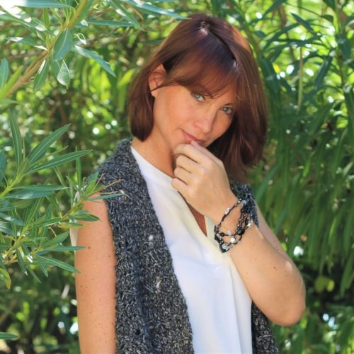 Long collier pour femme gris et noir porté en bracelet multi-tour