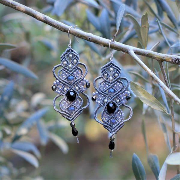 Boucles d'oreilles baroques grises et noires en micro-macramé