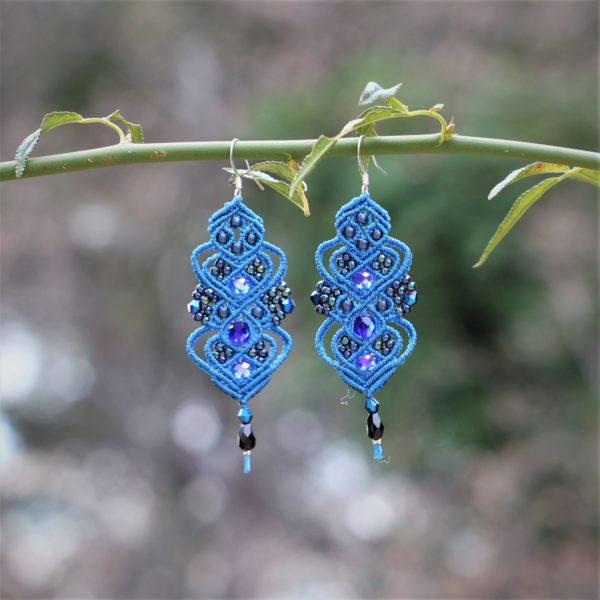 Boucles d'oreilles baroques bleu moyen et bleu marine en micro-macramé