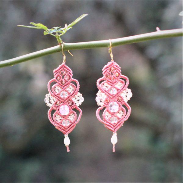 Boucles d'oreilles baroques rose et blanches en micro-macramé