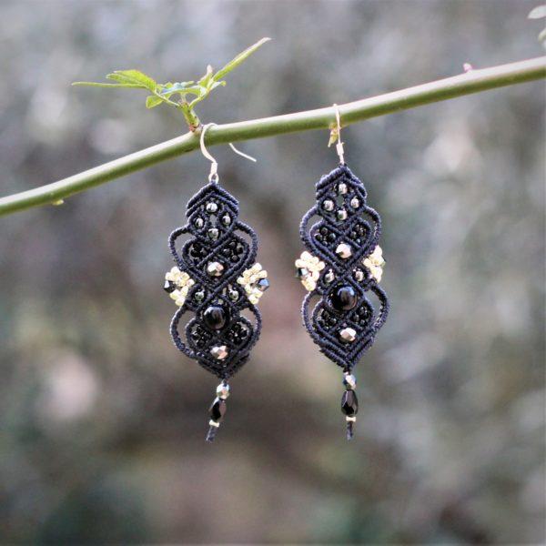 Boucles d'oreilles baroques noires et grises en micro-macramé