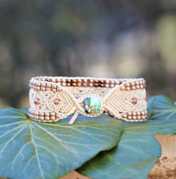 Bracelet L'Avignonnais écru et doré en micro-macramé et perles de rocaille