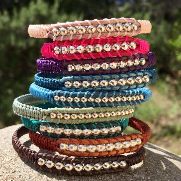 Mélange de bracelets en cuir et perles en argent