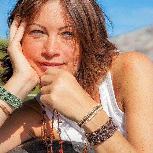 Alexandra porte différents bracelets en perles de rocaille