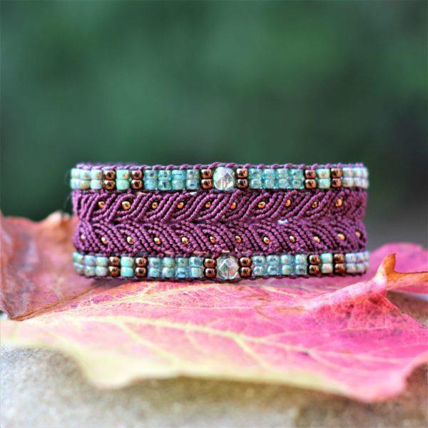 Bracelet L'Arlésien aubergine et vert en micro-macramé et perles de rocaille vue de face