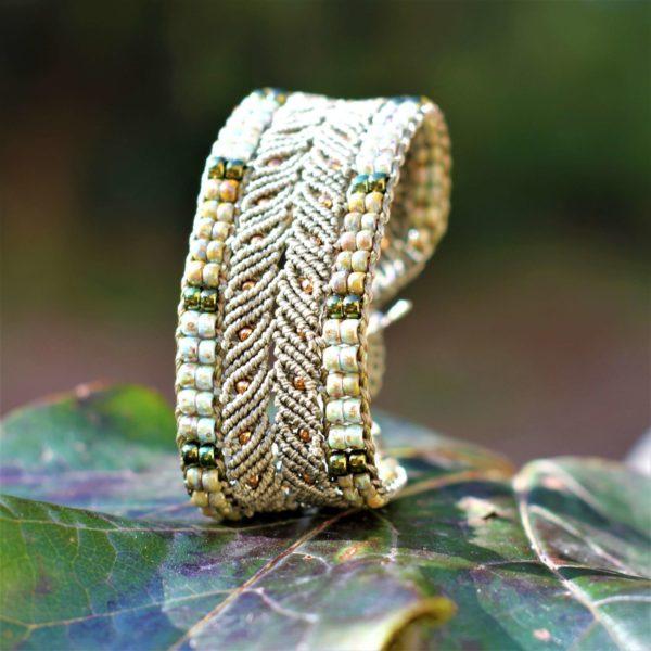 Bracelet L'Arlésien kakiet vert en micro-macramé et perles de rocaille vue trois-quart