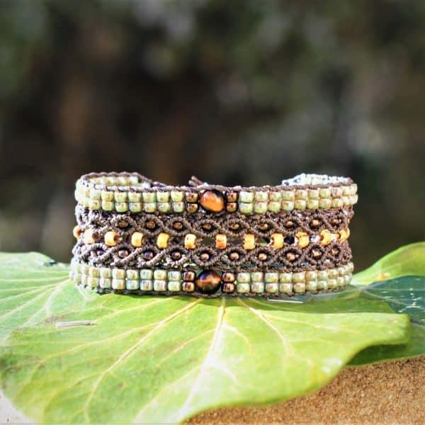 Bracelet Le Tropézien brun foncé et vert. Perle oeil de tigre ronde au centre