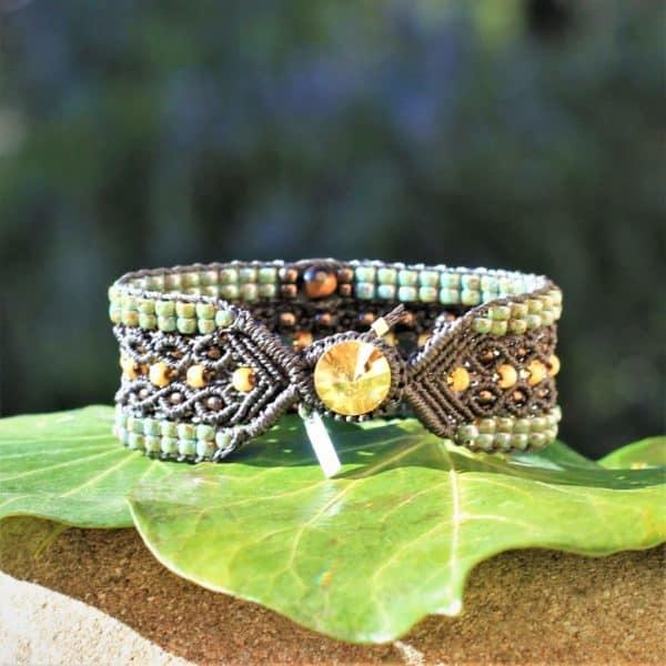Bracelet Le Tropézien brun foncé et vert. Bouton en cristal Swarovski