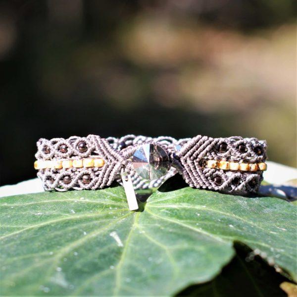 Bracelet bohème Le Marseillais. Vue de la boutonnière et du bouton en cristal Swarovski