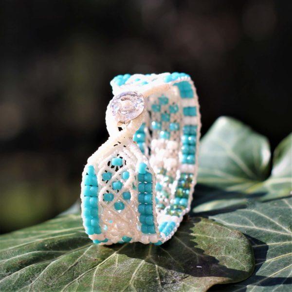 Bracelet le Niçois blanc, perles de rocaille vert turquoise. Bouton en cristal Swarovski