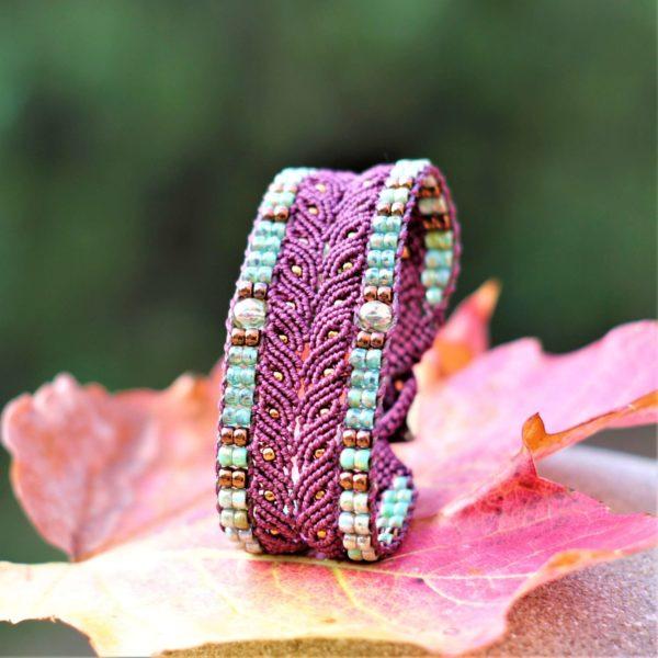 Bracelet L'Arlésien aubergine et vert en micro-macramé et perles de rocaille vue trois-quart