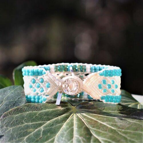 Bracelet bijou boheme blanc et bleu fermeture par bouton en cristal