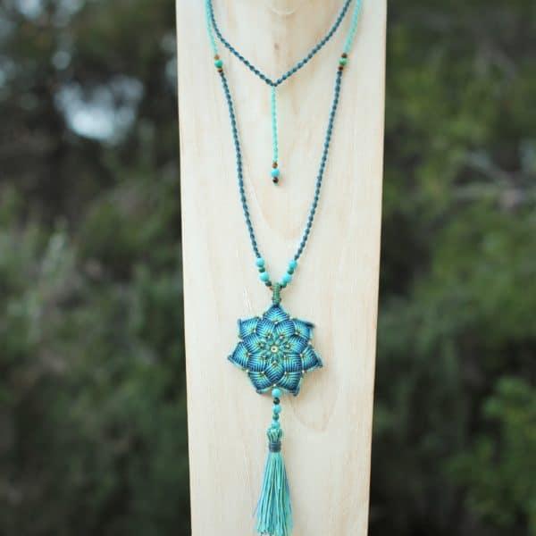 Collier long avec pendentif mandala et pompon