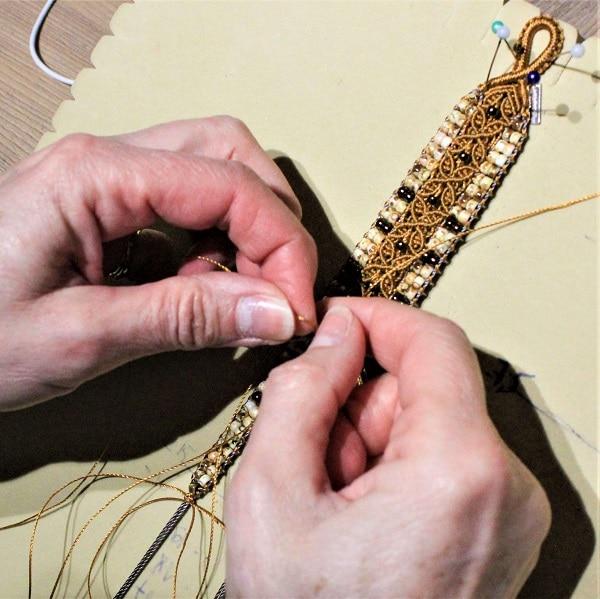 Fabrication d'un bracelet artisanal en nouage de fils